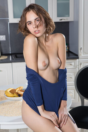 Breakfast for beautiful girlfriend turns into hot modeling in the kitchen